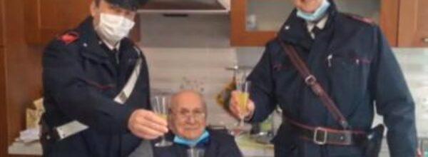 """L'anziano 94enne solo a Natale. Chiama i Carabinieri: """" Potete venire a fare un brindisi con me?"""""""