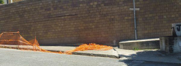 """Crepe e lesioni sul muro adiacente la fontana del Merone. La minoranza di Santo Stefano interroga la sindaca: """"quali iniziative sono state avviate  per scongiurare qualsiasi pericolo? L'argomento sollevato, insieme ai problemi della scuola, saranno oggetto   di discussione al prossimo consiglio comunale"""