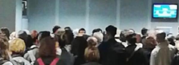 Lamezia  Terme, odissea all'aeroporto internazionale per il ritardo del volo per Bologna. Un'estenuante attesa, durata una decina di ore prima dell'imbargo. Proteste e attimi di tensione tra i passeggieri..